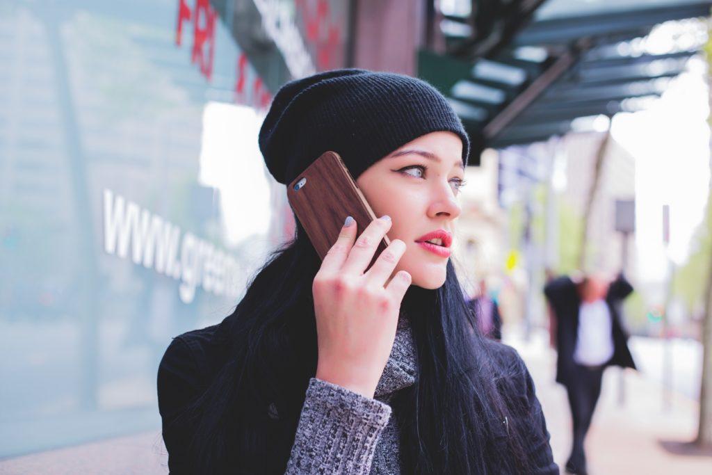 電話する美女