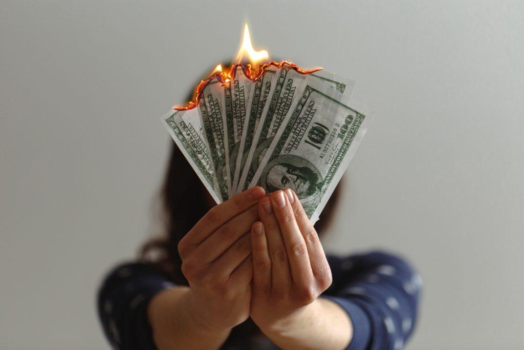 お金が燃える
