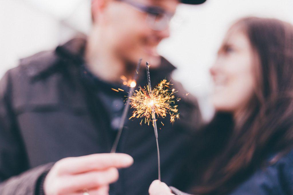 花火するカップル